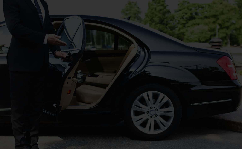Chauffeur ouvrant la porte au client
